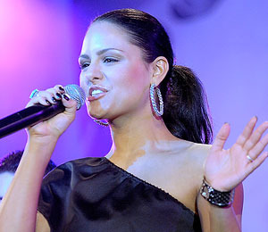 Hot Date and Record Deal? Pia Toscano Talks to 'Extra'