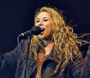 Extra Scoop: Haley Reinhart Slips and Flubs on 'Idol'
