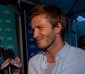 """Extra"" Raw: On the Blue Carpet at Teen Choice Awards"