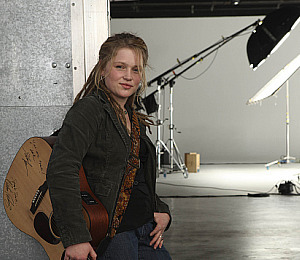 'Idol' Crystal Bowersox Hangs in There