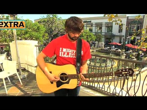 'Extra' Raw! Ryan Bingham Performs at The Grove!
