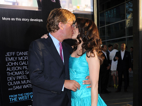 'Newsroom' Couple Confirmed: Aaron Sorkin and Kristin Davis Kiss on the Red…
