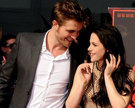 Robert Pattinson Lunches with Kristen Stewart, Honors Uma Thurman