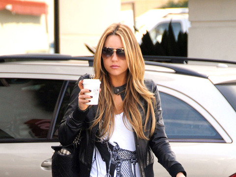 Amanda bynes denies being naked in tanning salon lobby for 360 tanning salon