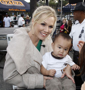"""Jennie Garth posed with a young fan at a taping of """"Extra"""" at Universal Studios…"""