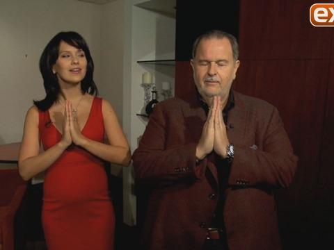 Hilaria Baldwin Does Yoga with 'El Gordo y La Flaca' Host Raúl De Molina