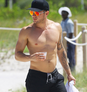 Ryan Phillippe showed off his fit physique while soaking up some sun in Miami.