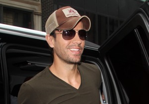 The paparazzi was waiting for Enrique Iglesias when he arrived to the Amor…