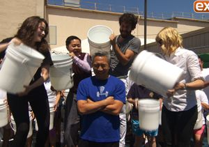 '2 Broke Girls' Cast Helps WB CEO Kevin Tsujihara Take the ALS Ice Bucket…
