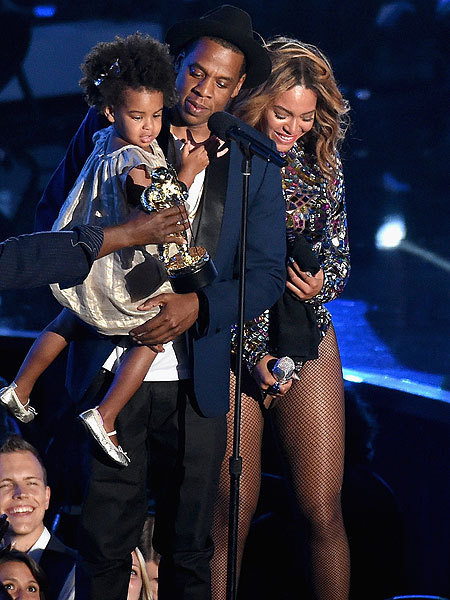 What Breakup? Beyoncé Shares Family Moment on VMA Stage