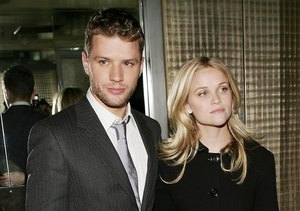 Extra Scoop: Ryan Phillippe Opens Up About Divorce from Reese…