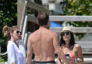 Bethenny Frankel Shows Off 'Skinny Girl' Beach Body with Mystery Man in…