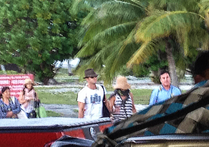 jennifer aniston justin theroux bora bora arrival aug07 2015 SEE CLIPS EXCL Splash spl1096804 001