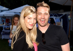 Tori Spelling Reveals She Hooked Up with Jason Priestley – See His…