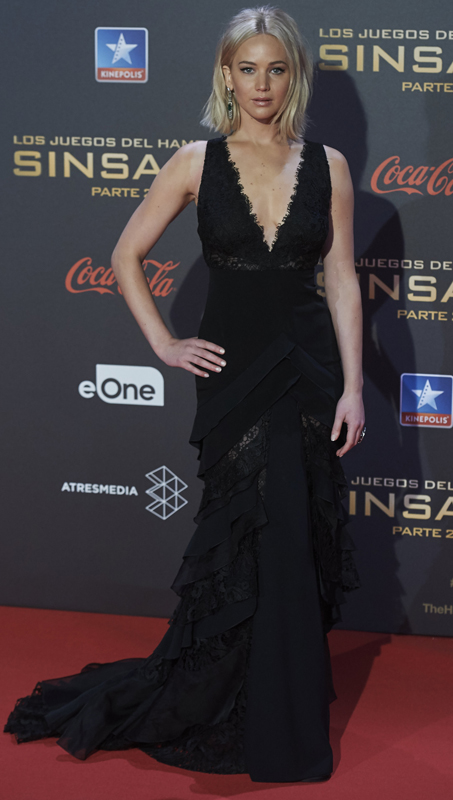 Watch Jennifer Lawrence Fall on the Red Carpet at \'Mockingjay ...