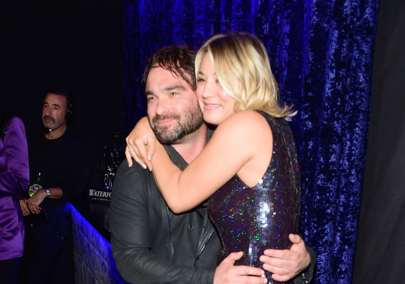 Kaley Cuoco Snuggles Up to Ex Johnny Galecki at People's Choice Awards