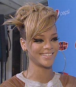 Rihanna tells 'Extra' she wants to try acting!