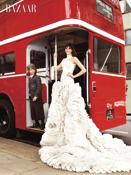 anne-hathaway-bus.jpg