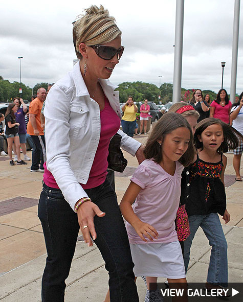 kate gosselin takes her kids to jonas brothers concert