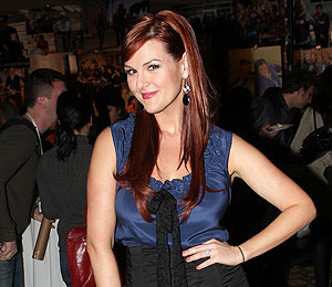 'Shedding for the Wedding' Star Sara Rue Joins 'Extra' at The Grove