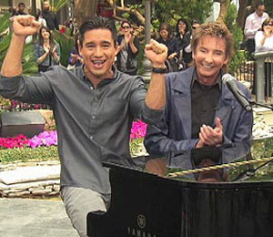 'Extra' Raw! Barry Manilow Performs at The Grove!