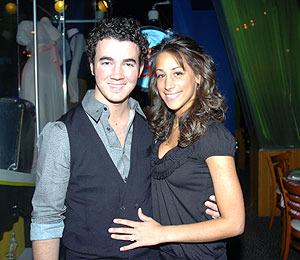 Photo! Kevin Jonas and Wife Take NYC