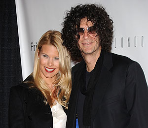 Extra Scoop: Howard Stern Signs for 5 More Years