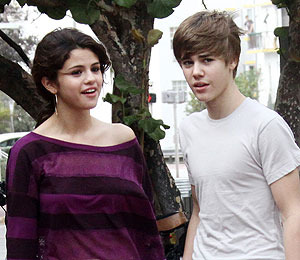 Extra Scoop: Justin Bieber and Selena Gomez Step Out Together --…
