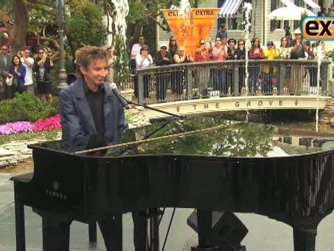 'Extra' Raw! Barry Manilow Performs at The Grove, Part I