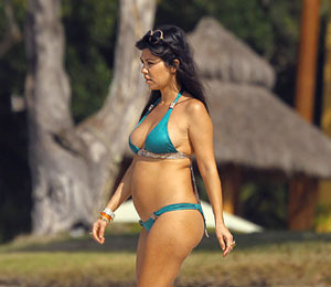 Extra Scoop: Kourtney Kardashian Shows Off Baby Bump in Mexico