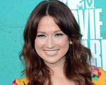 'Bridesmaids' Actress Ellie Kemper Becomes Bride