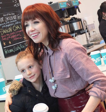 Carly Rae Jepsen posed with a young fan at DAVIDsTEA in Toronto.