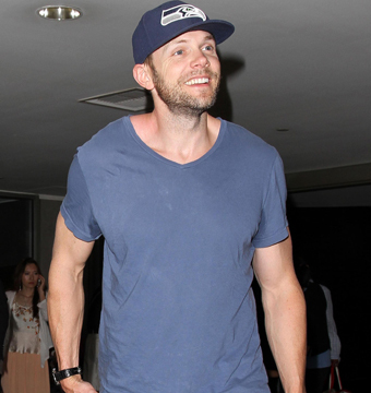 Joel McHale showed support for the 2014 Super Bowl champs while catching a…
