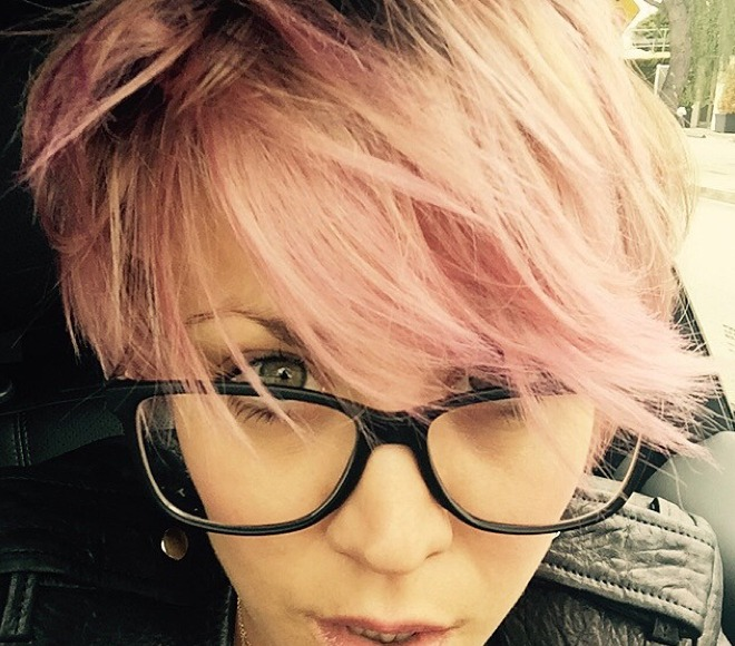 Pics: Kaley Cuoco-Sweeting Rocks Eye-Raising Pink 'Do... and Brows!
