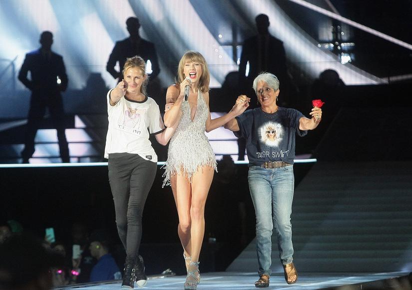 Surprise! Julia Roberts, Joan Baez Appear in Taylor Swift's 1989 Tour