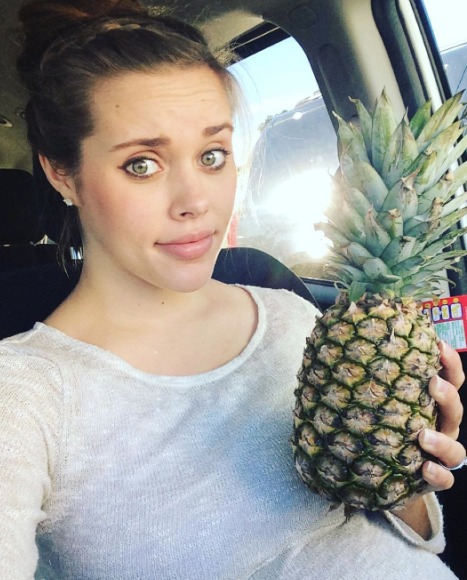 Jessa Seewald Tries to Induce Labor with a Pineapple