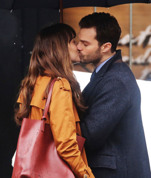 Dakota Johnson & Jamie Dornan Kiss in the Rain on 'Fifty Shades Darker'…