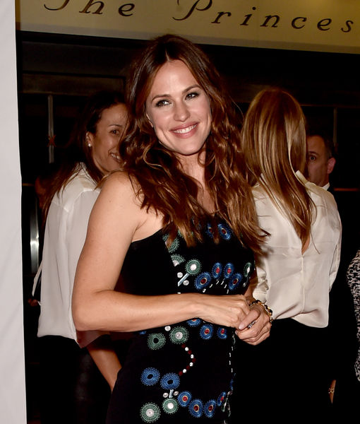 Video! Jennifer Garner Tells Cameraman: 'Brad Pitt and I Are Dating'