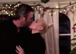 Stars on Christmas! Gwen Stefani & Blake Shelton Kiss Under the Mistletoe