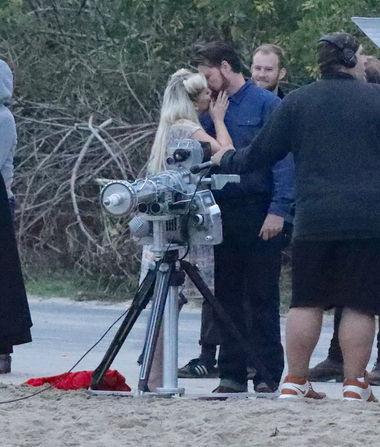 Tori Spelling & Dean McDermott Kiss for Cameras Weeks After…