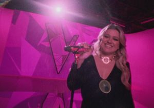 'Voice' Exclusive Clip! Kelly Clarkson & Jennifer Hudson Help…