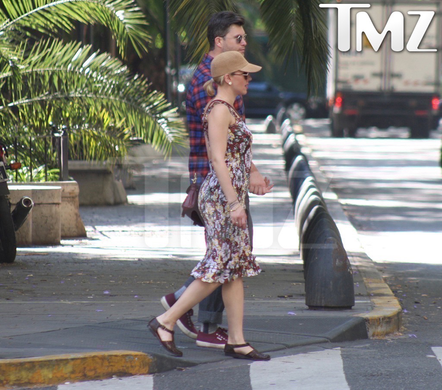 Scarlett Johansson Colin Jost argentina together photos-bugged-00-resized