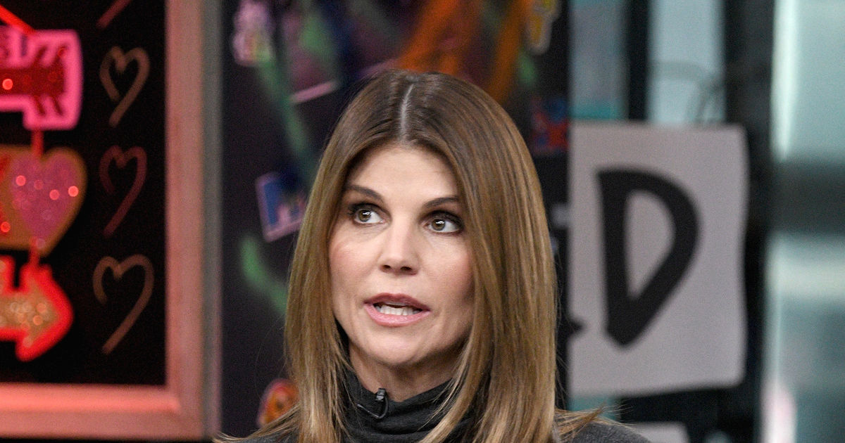 Lori Loughlin Surrenders Plus Her Friends React To College Cheating Scandal Extratv Com