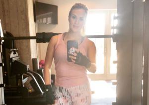 Carrie Underwood Posts Gym Selfie, Talks Difficult Time 'Bouncing Back'…