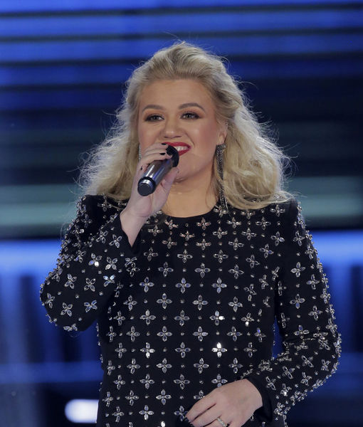 Kelly Clarkson Underwent Surgery Just Hours After Hosting Billboard Awards!