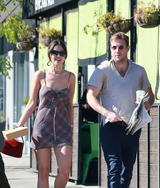Pda Alert Eiza Gonzalez Luke Bracey Confirm Relationship With A Kiss Extratv Com