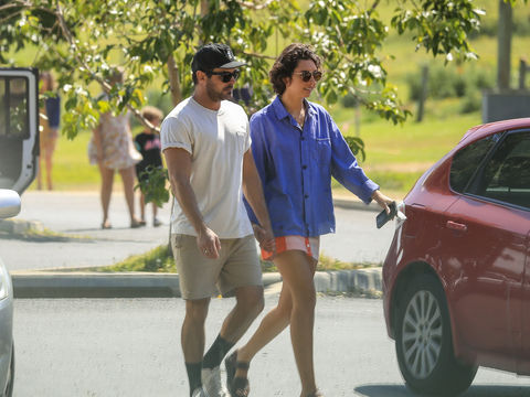 Pic! Zac Efron Holds Hands with Australian Model Vanessa Valladares