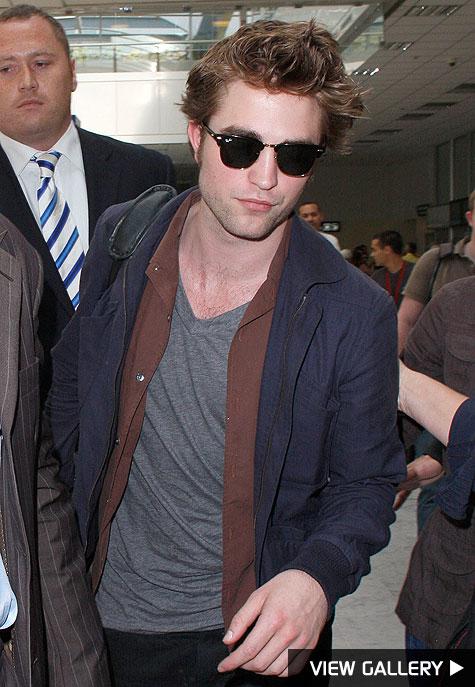 robert pattinson lands at nice airport