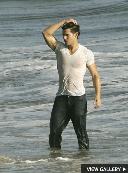 Taylor Lautner Gets Wet n' Wild