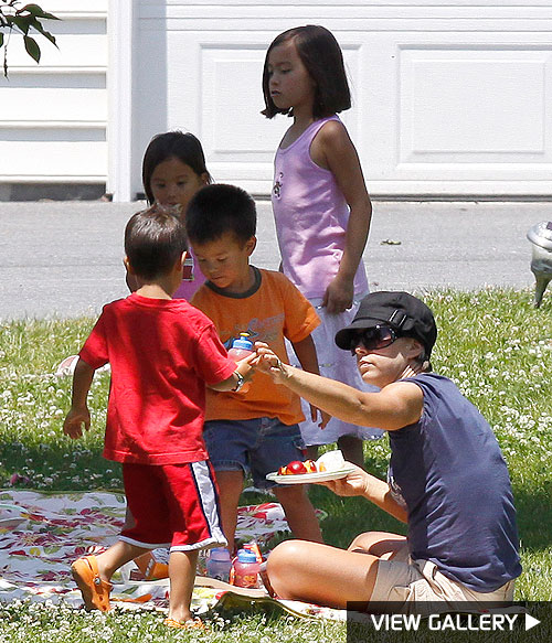 kate gosselin picnics with her children